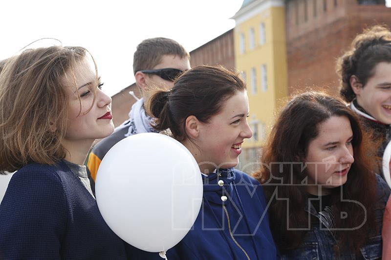 Неменее 500 школьников истудентов сегодня приняли участие вофлешмобе «Голубь мира»
