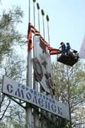 На въезде в город Смоленск вывешивают большую георгиевской ленту.