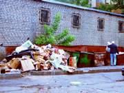 Свалка возле мусорного контейнера