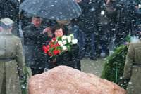Супруга президента Польши Анна Коморовская в Смоленске почтила память поляков, погибших год назад в авиакрушении правительственного самолета