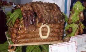 В Смоленске запрягали свинью в тележку из теста и строили дом из колбасы