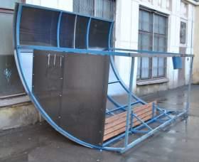 В Смоленске ветром снесло остановку вместе с человеком