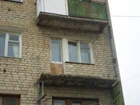 В Смоленске на прохожего рухнул балкон