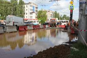 В Смоленске устанавливают причину прорыва трубопровода на улице Кирова