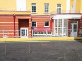 Забор во дворе разделил жильцов и театр