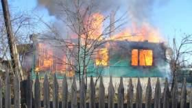 В поселке Угра сгорел жилой дом