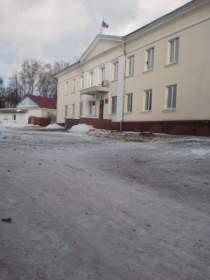 В преддверии Нового года на главной площади Сычевки срубили елки