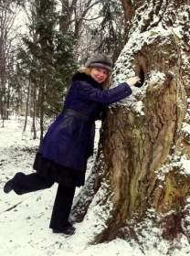 """Как у Пушкина в """"Дубровском"""" - Маша кладет письмо в дупло."""
