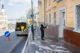 В Смоленске на улице Большая Советская моют фасады домов