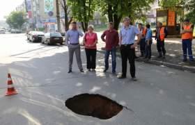 В Смоленске на улице Николаева провалился асфальт