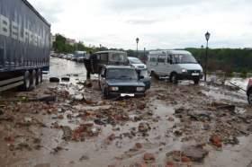 В Смоленске на набережную Днепра ливнем вынесло тонны мусора и песка