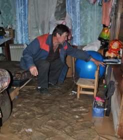 Смолянам, чей дом пострадал во время ливня, дали комнату в общежитии