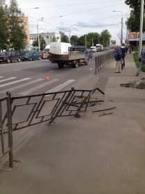 """""""КамАЗ"""" в Смоленске сбил опору ЛЭП, протаранил ограждение тротуара и снес железобетонный пролет забора"""